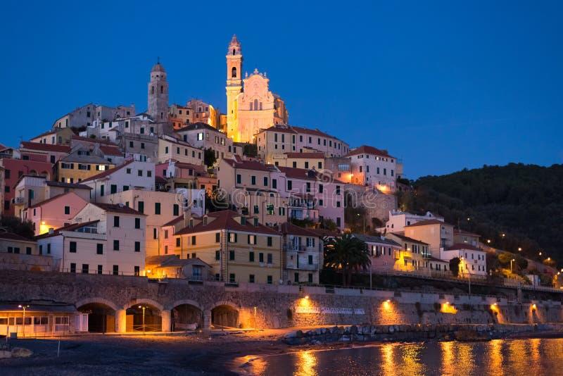 满天星斗的天空和月光在发光的Cervo,利古里亚里维埃拉,意大利 图库摄影