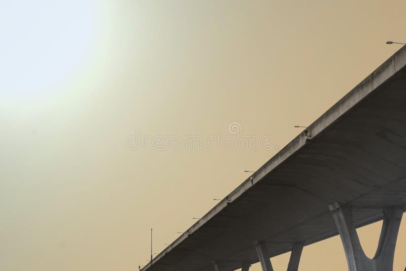 天桥或明确方式或者天空方式在天机盖,底视图 库存图片
