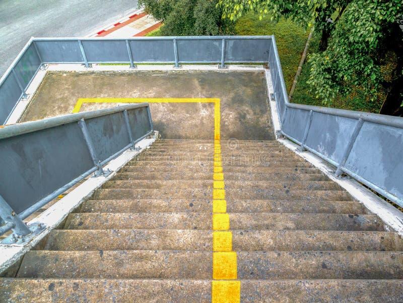 天桥的老台阶在城市 红绿灯交叉点 免版税库存照片