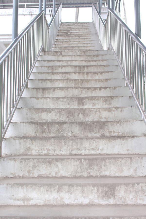 天桥老具体台阶在背景的 免版税图库摄影