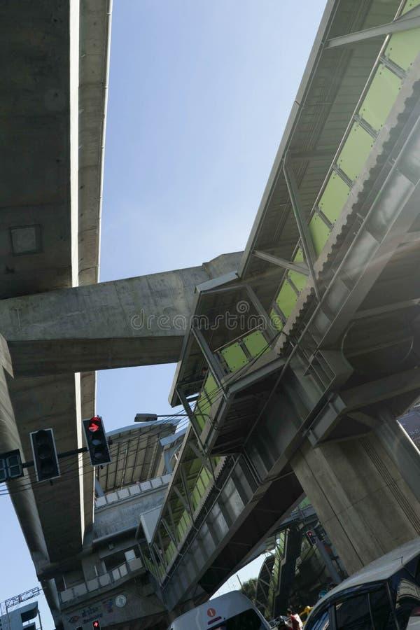 天桥走道和电车轨道和红绿灯和 免版税库存照片