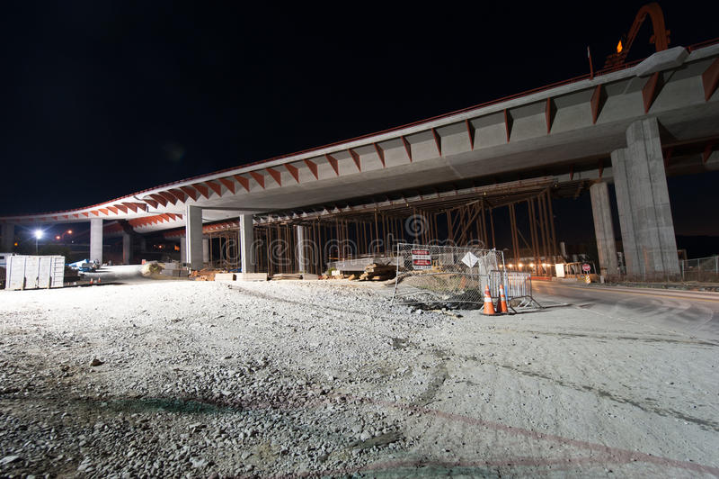 天桥建设中与石渣地面 免版税库存照片