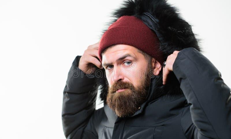 天气抗性夹克概念 在白色背景隔绝的人有胡子的立场温暖的夹克附头巾皮外衣 敞篷增加温暖和 库存图片