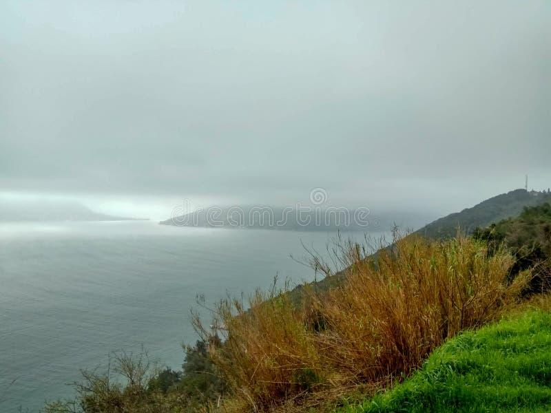 天气海景-恶劣天气卷在海,有波浪和乌云的 免版税库存照片