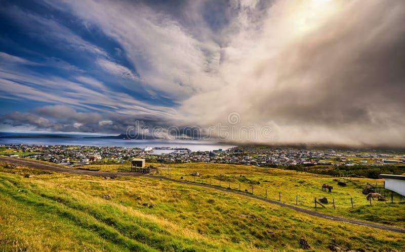 天气的剧烈的变动在Torshavn,法罗群岛,丹麦的 免版税库存照片