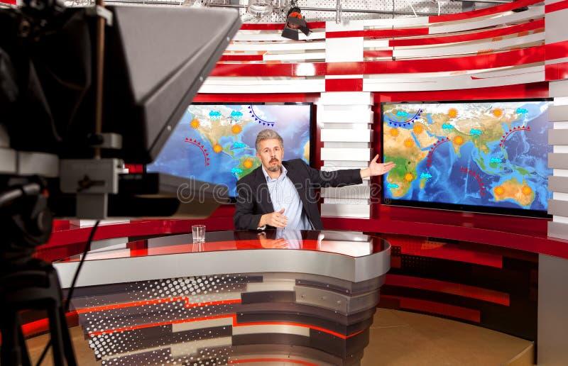 天气预报A演播室的电视现场报道员 免版税库存图片