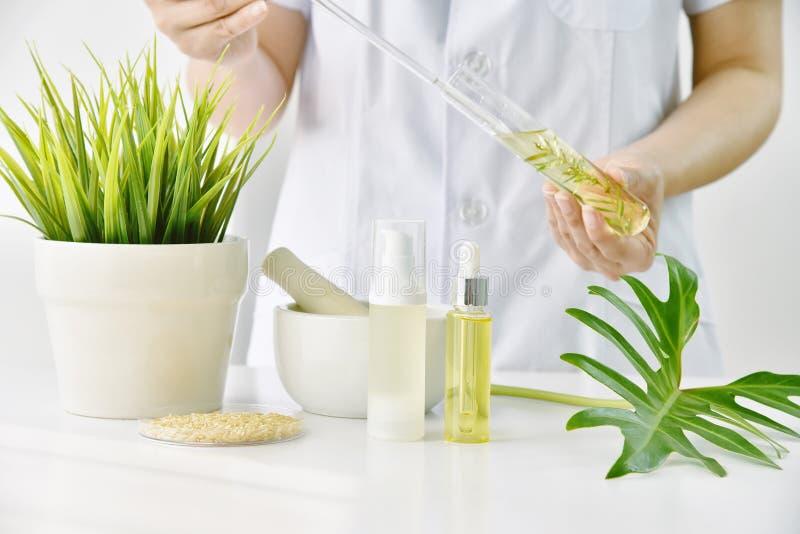 天然化妆品或skincare发展在实验室 免版税库存照片