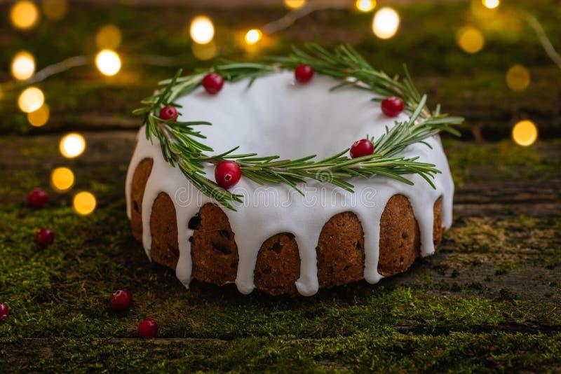 天然木质背景上配有苔藓的传统自制圣诞水果蛋糕 免版税库存照片