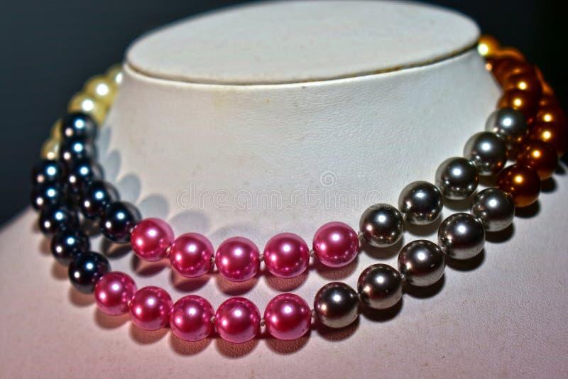 天然珍珠项链美丽和昂贵作为夫人的首饰 免版税库存图片