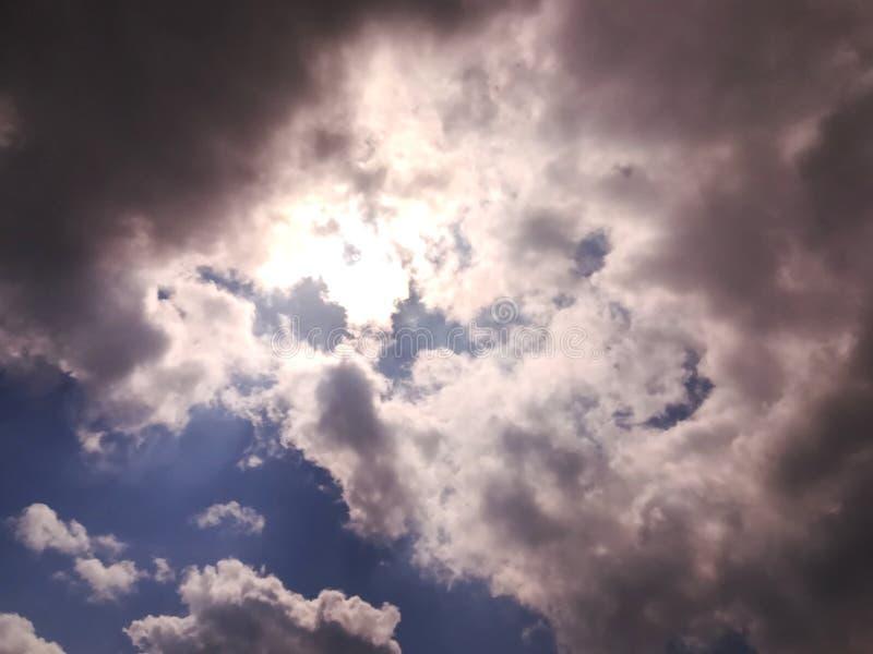 天空、云彩和阳光 免版税库存照片