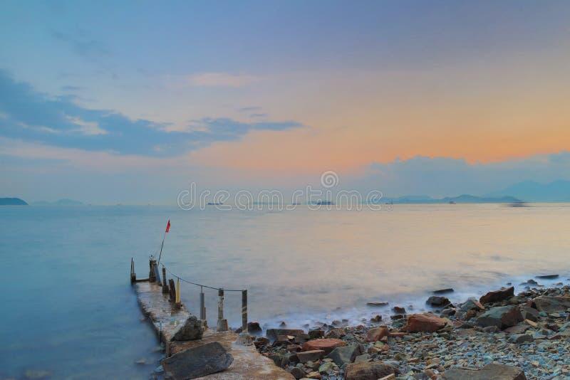 天空、土地和海含沙海湾的 库存图片