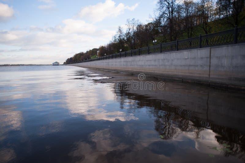 天空反射在水中 库存照片