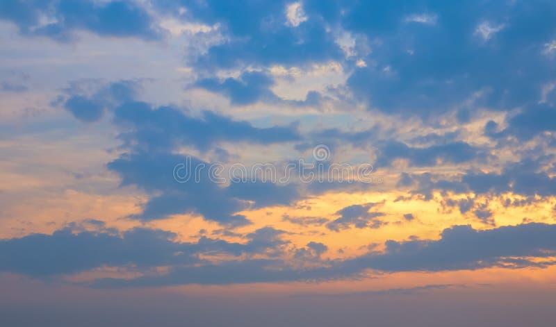 天空和云彩与橙色光在日落时间 库存图片