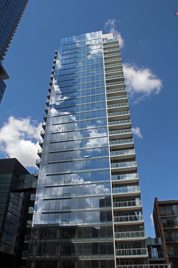 天空和云彩的反射在钢和玻璃buidlings与美好的建筑学。 免版税库存图片