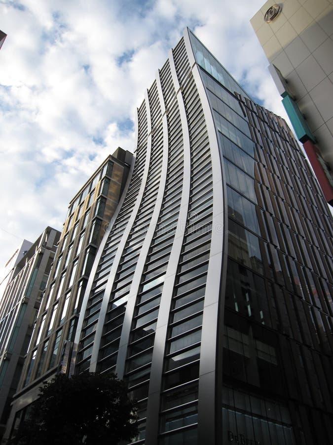 天空和反射在De Beers银座大厦在东京 库存照片