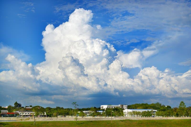 天空和地下的云 库存图片