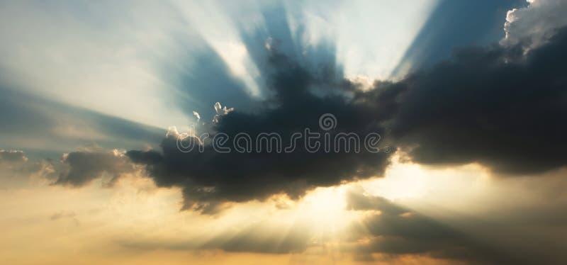 天空和太阳云彩和光  库存照片