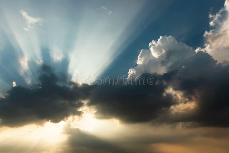 天空和太阳云彩和光  免版税库存照片