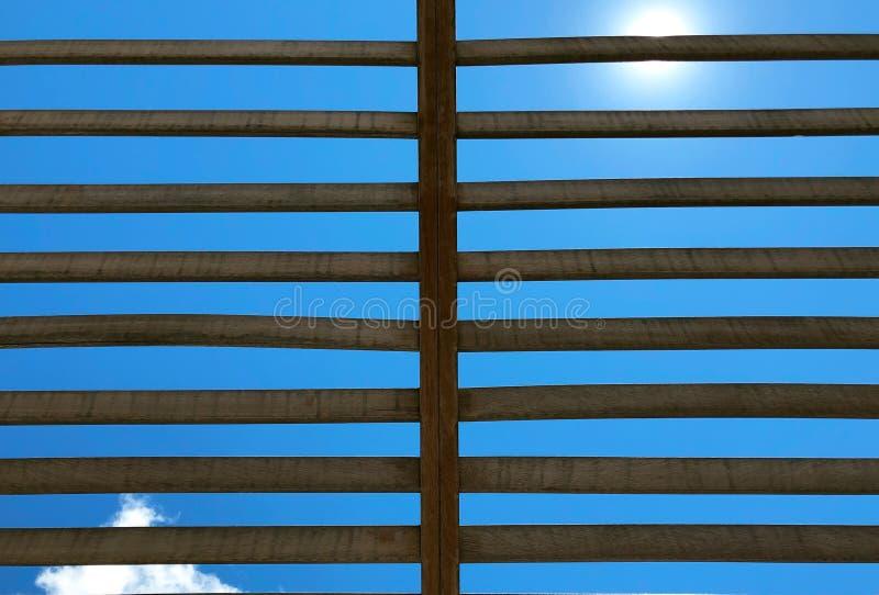 天空和木格子 免版税库存照片