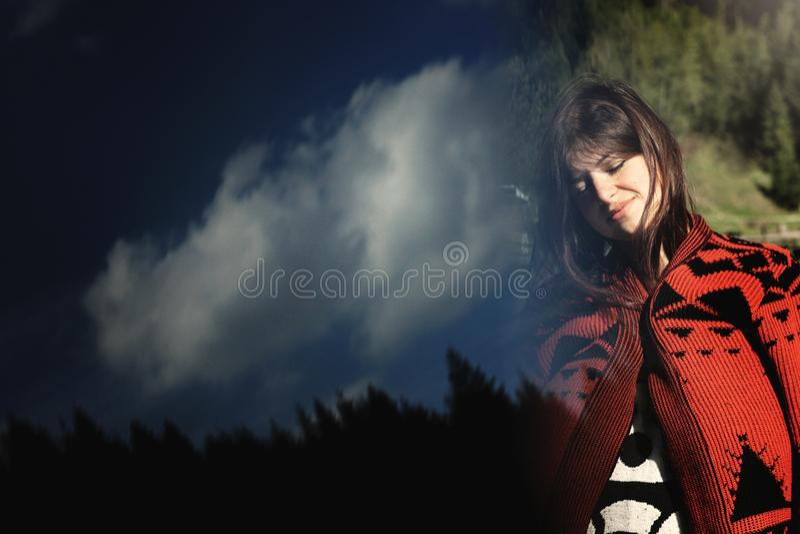 天空和树森林的,创造性的异常的双e妇女行家 免版税库存照片