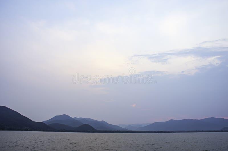 天空和水的秀丽在Khong桶盖水坝,Prachuap khiri Khani在泰国 免版税库存照片
