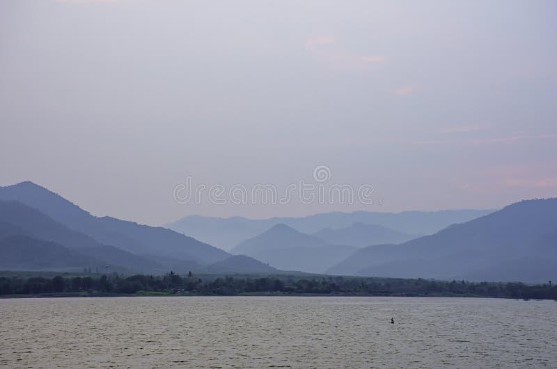 天空和水的秀丽在Khong桶盖水坝,Prachuap khiri Khani在泰国 库存图片