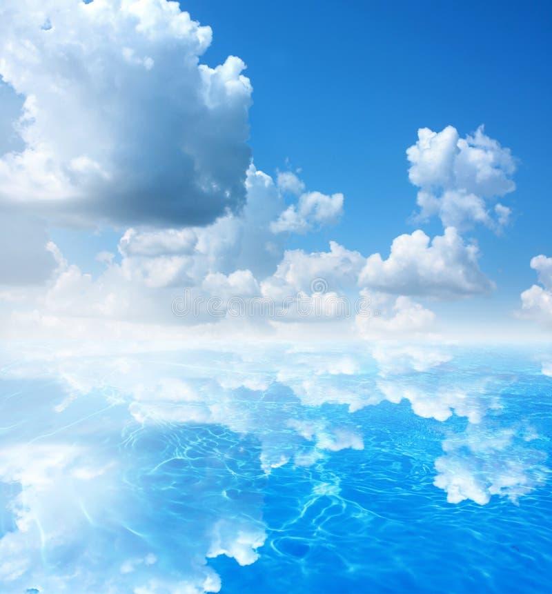 天空和水背景 免版税库存照片