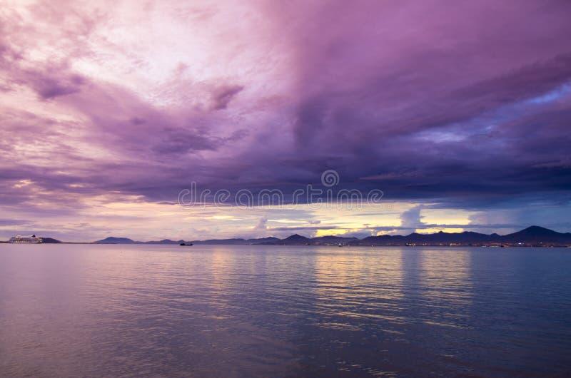 天空和海日落的 免版税库存图片