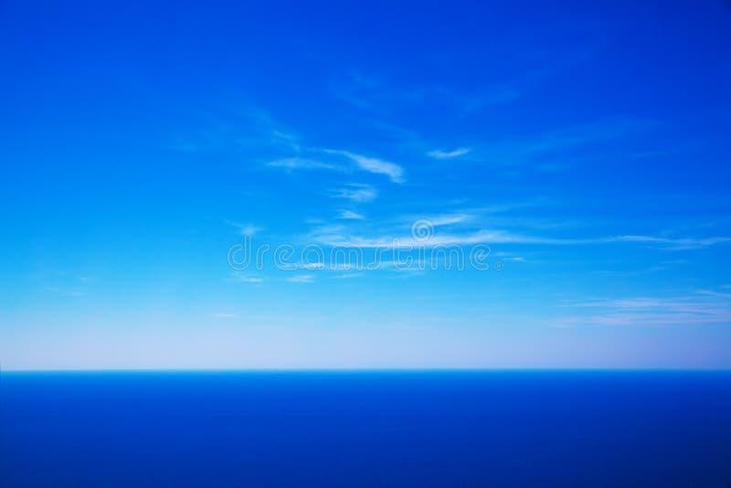天空和深蓝色海 免版税库存照片