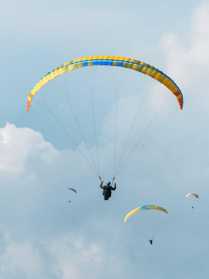 天空在山的潜水者飞行 免版税库存图片