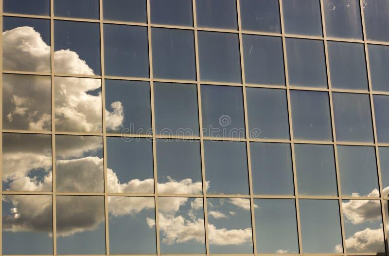 天空在房子的窗口里反射了 库存照片