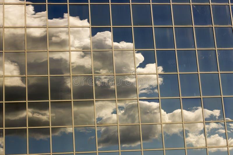 天空在房子的窗口里反射了 免版税库存照片