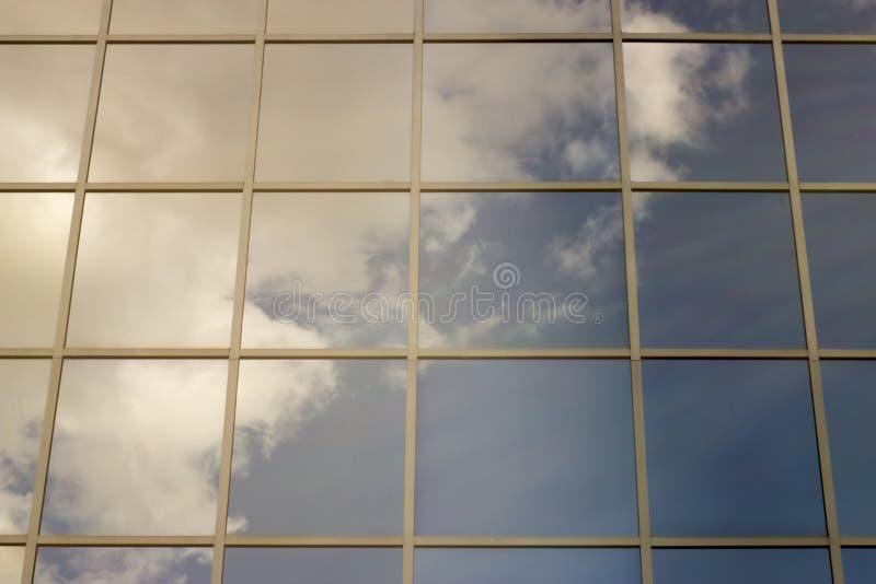 天空在房子的窗口里反射了 库存图片