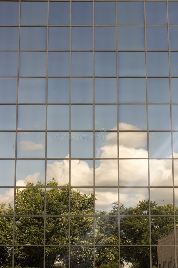 天空在房子的窗口里反射了 图库摄影