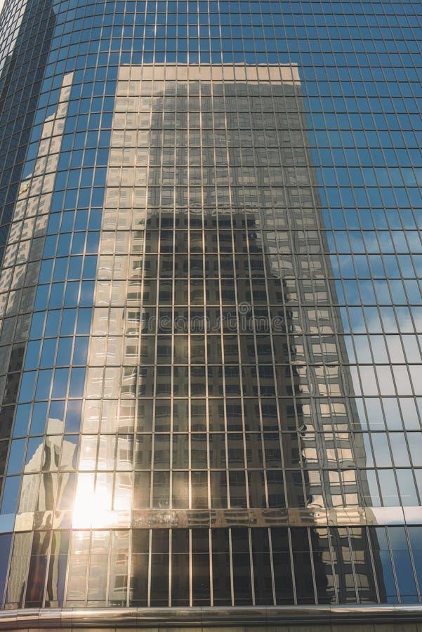 天空在所有玻璃大厦的刮板大厦的反射 库存图片