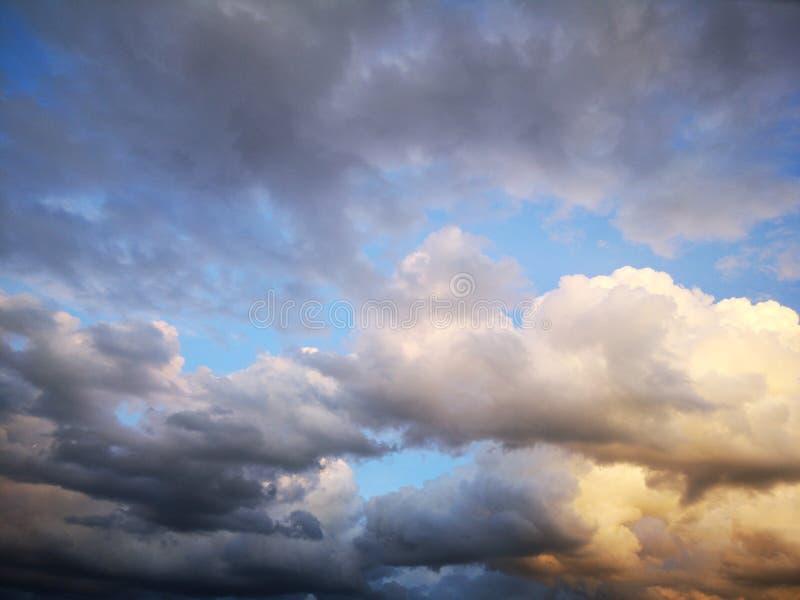 天空在晚上有闪电由日落 免版税库存照片