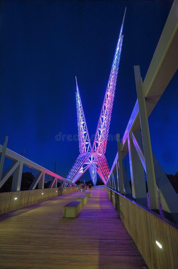 天空在I-40的舞蹈桥梁在奥克拉荷马市,垂直的图象 库存照片