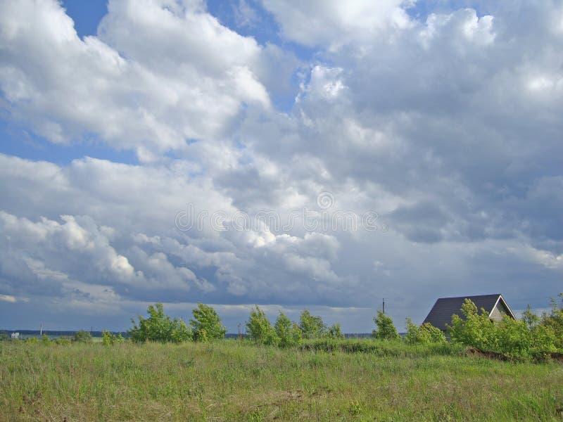 天空多云在城市 免版税库存照片