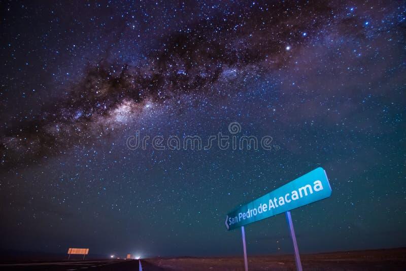天空夜在圣佩德罗火山de阿塔卡马 免版税库存照片