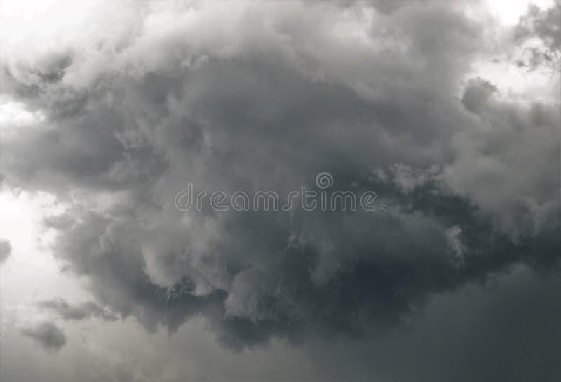 天空威胁与暴风云 免版税图库摄影
