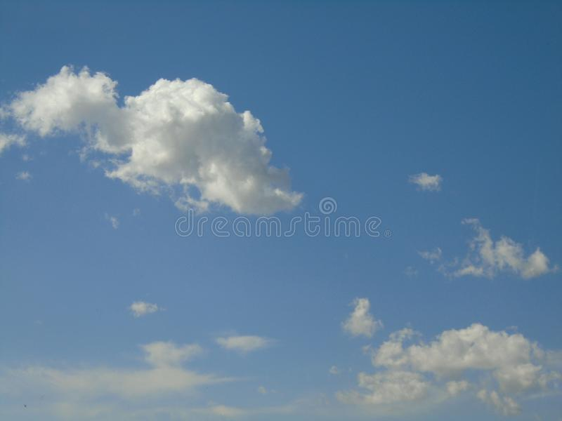 天空是awsomeness的国王 云彩看起来象小恐龙 免版税库存图片