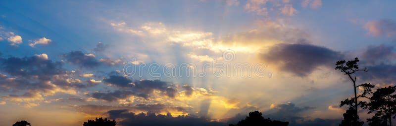 天空暮色云彩和裂片衬里全景背景  免版税库存图片