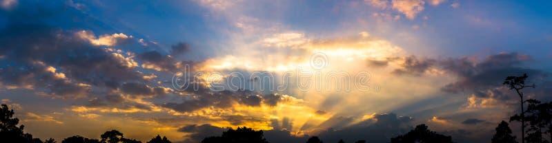 天空暮色五颜六色的多云和裂片衬里的全景图片, 库存图片