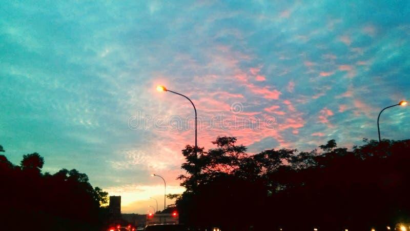 天空桃红色在城市雅加达 免版税库存照片