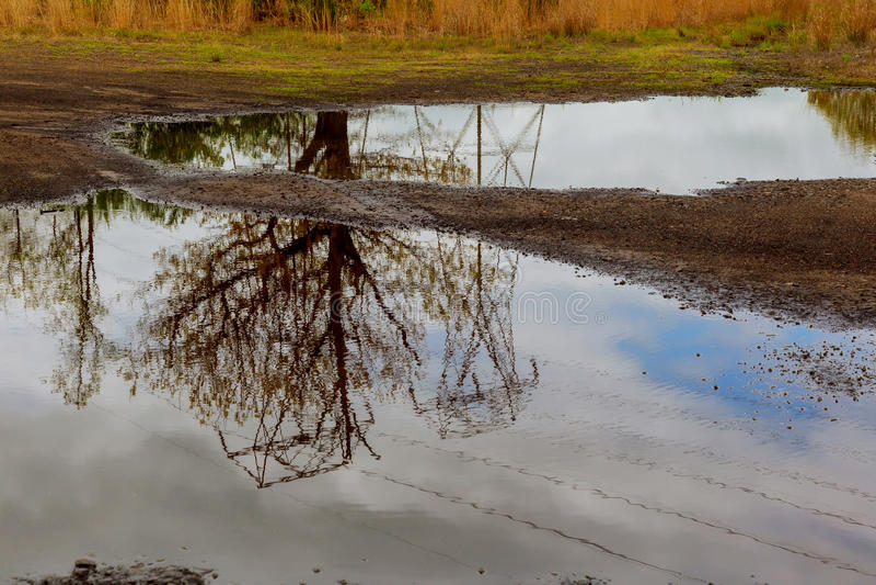 天空用云彩盖了,水在河反射了树 图库摄影