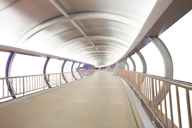 天空由金属钢技术样式做的步行桥梁被隔绝 免版税库存图片