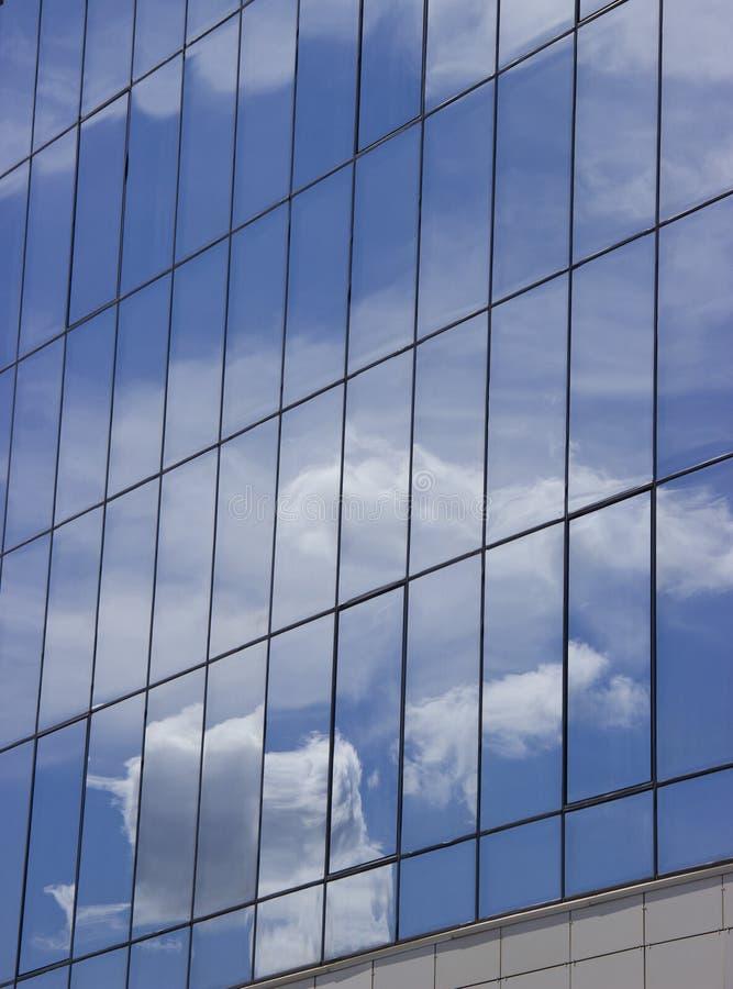 天空的反射与云彩的在大厦的玻璃窗里 免版税库存照片