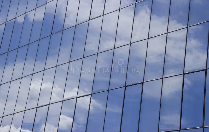 天空的反射与云彩的在大厦的玻璃窗里 免版税库存图片