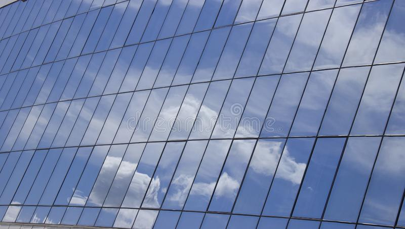 天空的反射与云彩的在大厦的玻璃窗里 库存图片