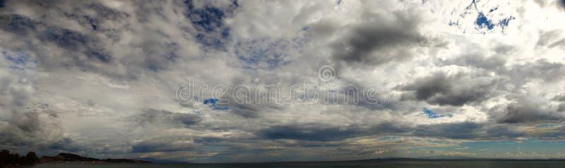 天空的看法在日落时间的 全景射击 免版税图库摄影